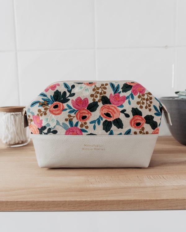 WILD ROSES nachhaltige Kosmetiktasche Kulturbeutel Größe M Bügeltasche Manufaktur Nicola Marisa