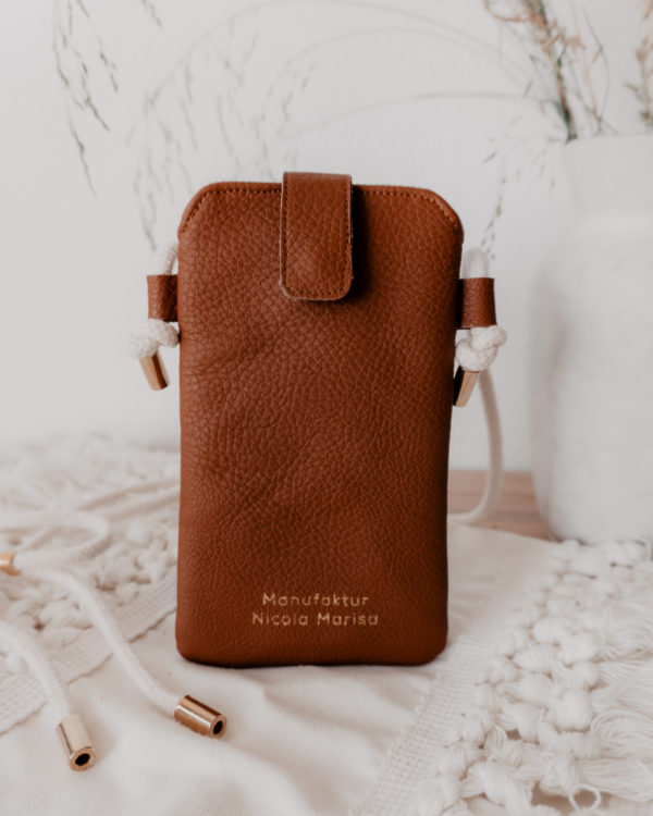 nachhaltige Handytasche Handykette Cognac Vegan Kunstleder Iphone X 11 Pro 10 Handmade Manufaktur Nicola Marisa (5)