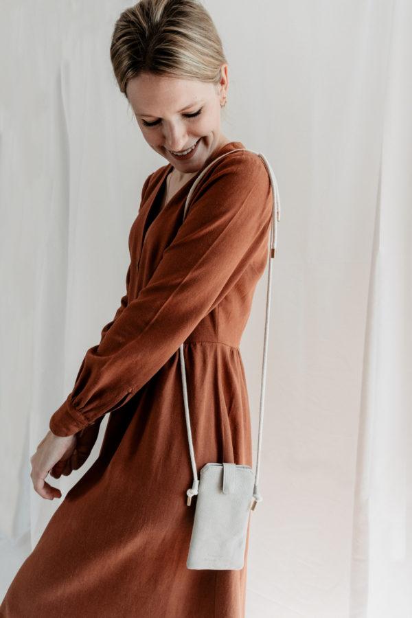 nachhaltige Handytasche Handykette Hellgrau Vegan Kunstleder Iphone X 11 Pro 10 Handmade Manufaktur Nicola Marisa