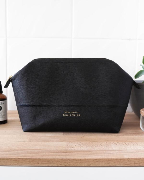 Nachhaltige Kosmetiktasche aus hochwertigem, schwarzen Kunstleder für Damen und Herren.
