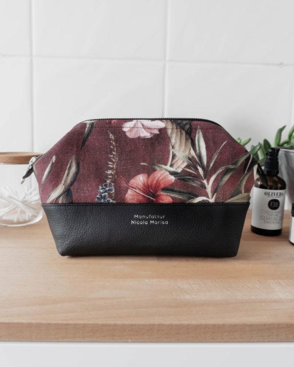 Vorderansicht Kosmetiktasche Wonderland Bordeaux in der Größe M